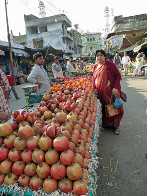 1 Fruit  market-Pomegranate vallah 600.jpg